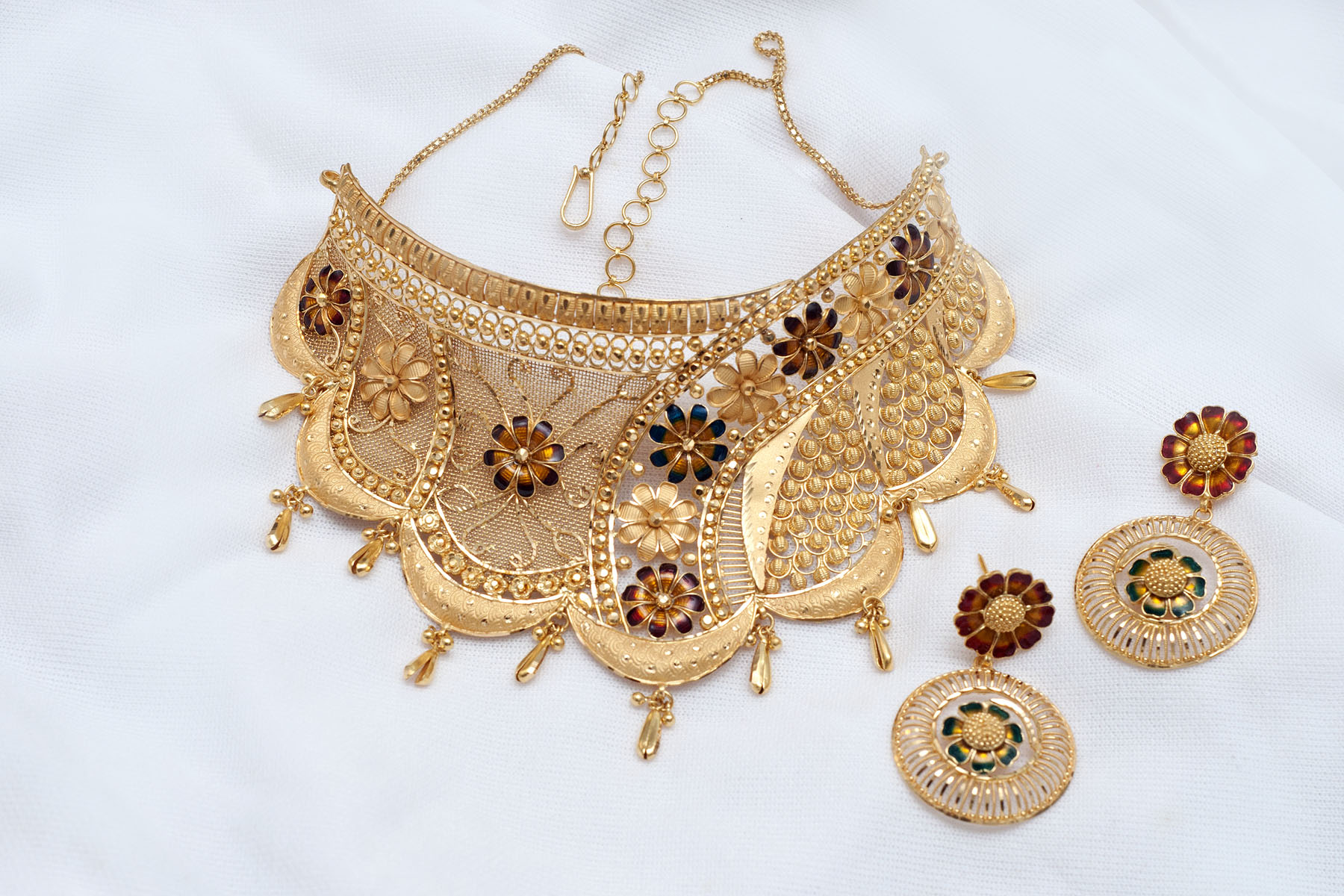 Latest Gold Choker Designs simple & light weight for wedding